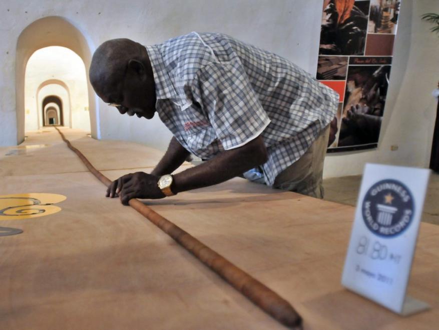 'Guinness': tabaqueiro elabora o charuto mais longo do mundo