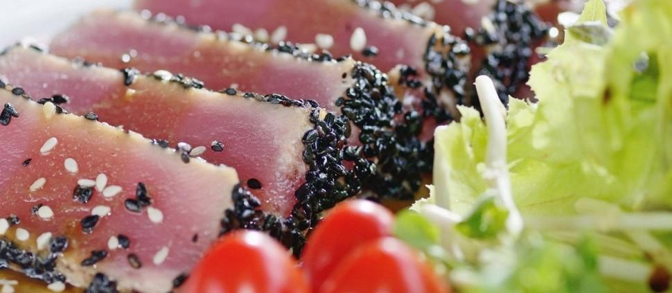 Atum fresco em crosta picante e salada
