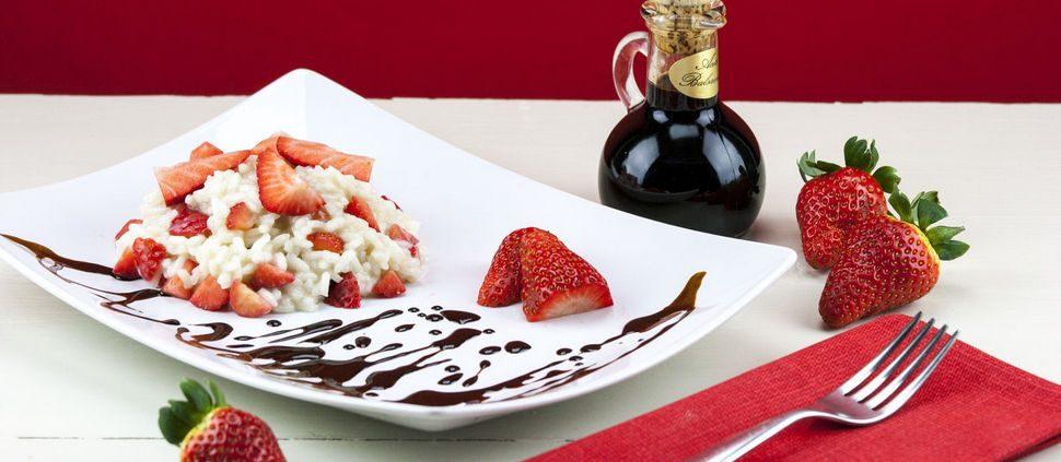Risoto de chocolate branco servido com calda de frutas vermelhas