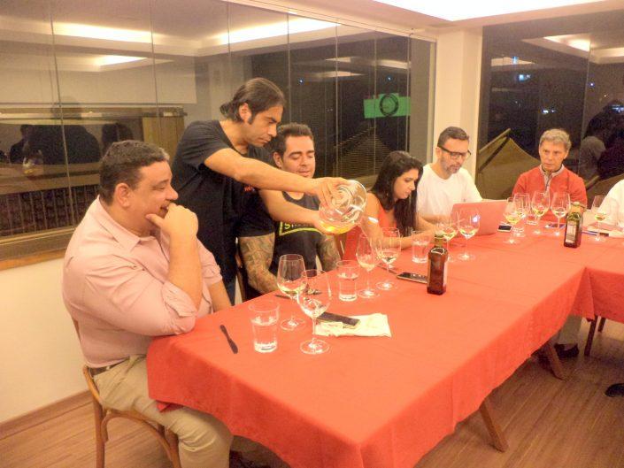 O Sommelier Conseil Alex Ordenes, fazendo o serviço do vinho Von Siebenthal Rio Místico Viognier, 2015
