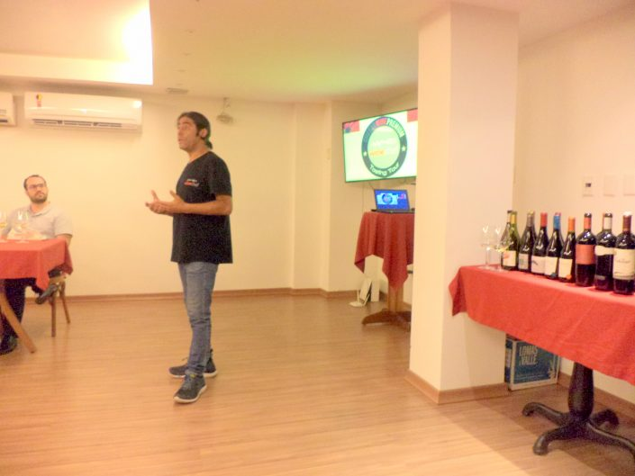 O Sommelier Conseil Alex Ordenes, durante a apresentação