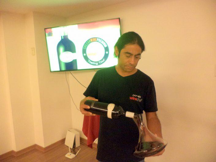 O Sommelier Conseil Alex Ordenes, decantando o vinho Santa Ema Rivalta 2007