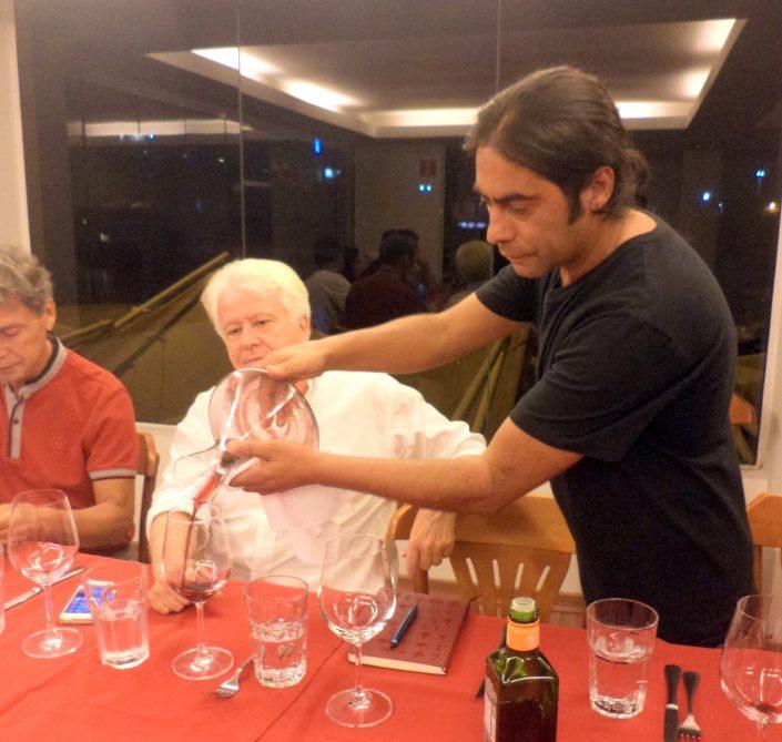 O Sommelier Conseil Alex Ordenes, fazendo o serviço do vinho Chocalan Alexia, 2011