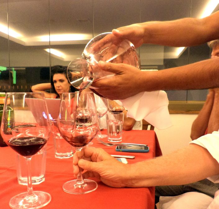 O Sommelier Conseil Alex Ordenes, fazendo o serviço do vinho Santa Ema Rivalta 2007