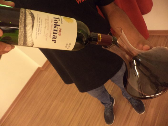 O Sommelier COnseil Alex Ordenes, decantando o vinho Von Siebenthal Toknar, 2010
