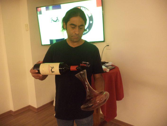 O Sommelier Conseil Alex Ordenes, decantando o vinho Gandolini Wines Las 3 Marías, 2012