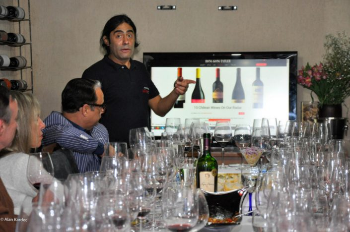 Alex Ordenes durante a degustação dos Chilean Premium Wine – Tasting Tour, apresentando o vinhos da vinícola PS Garcia